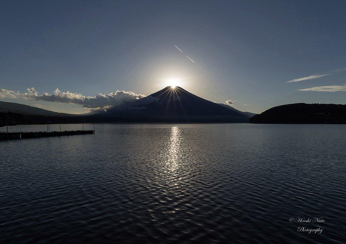 山中湖平野湖畔から今日のダイヤモンド富士。直前まで雲が邪魔していましたが、ダイヤの頃には綺麗に消えてなくなりました! 2016.10.26 #fujisan #富士山 #mysky https://t.co/W0HL6dDxeG