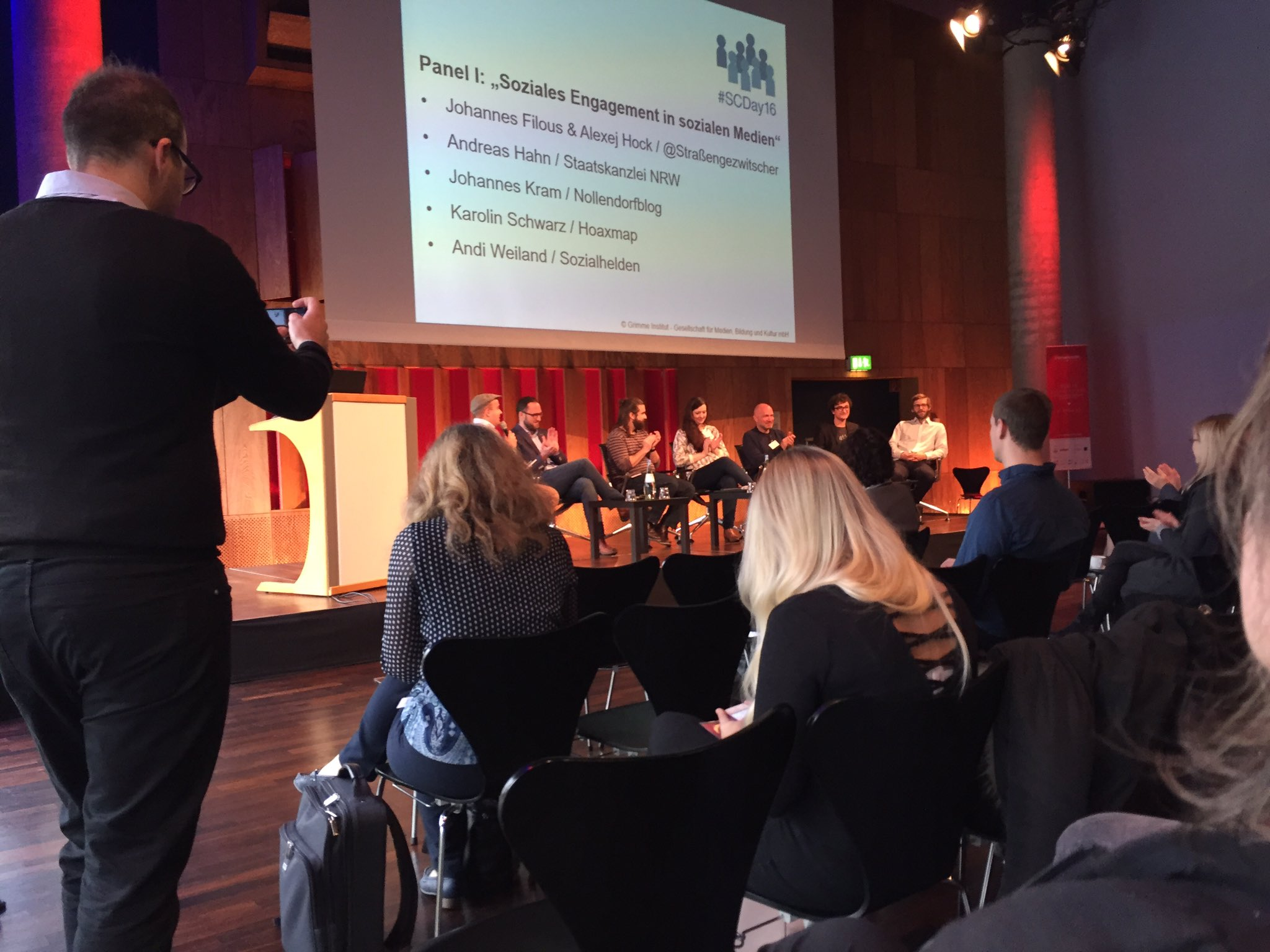 Erstes Panel beginnt beim #SCDay16: Soziales Engagement in sozialen Medien. #iw7 https://t.co/HOyl7L979y