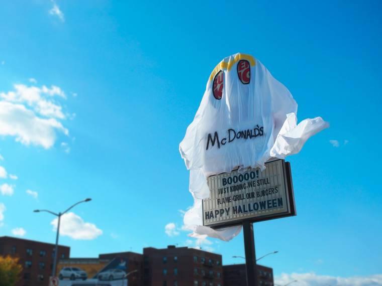 ハロウィンだからってバーガーキングがマクドナルドの仮装?をしたぞ