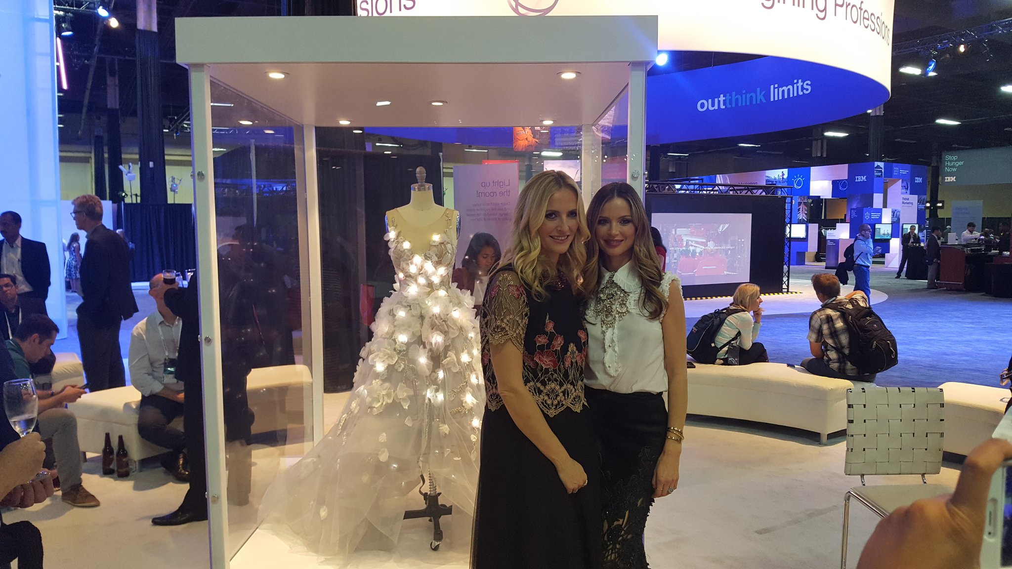 Marchesa and Watson cognitive dress #ibmwow #apcjobs https://t.co/VGIsBOVCPV