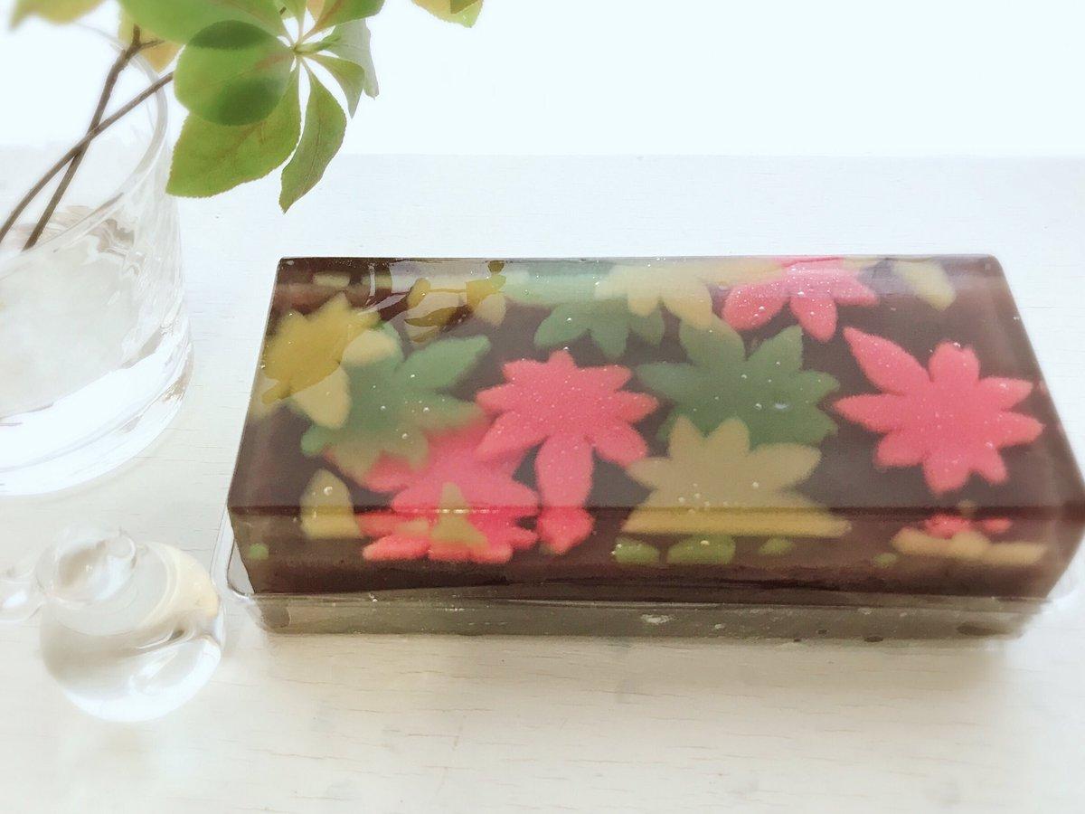 京都のお土産、鶴屋吉信さんの「秋襲(あきがさね)」 水の中に紅や緑の紅葉がかさね落ちているような…!四季のある日本のお菓子は美しいですねー✧‧˚ https://t.co/oUUAEUjH7L
