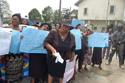 Protesters for and on behalf of former First lady of Nigeria, Patience Jonathan besieged the premises of EFCC South-South Zonal office in Port Harcourt.