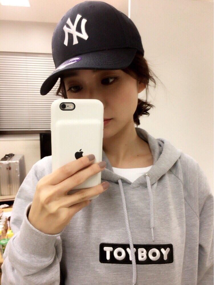 iphoneを片手にする可愛い大島優子
