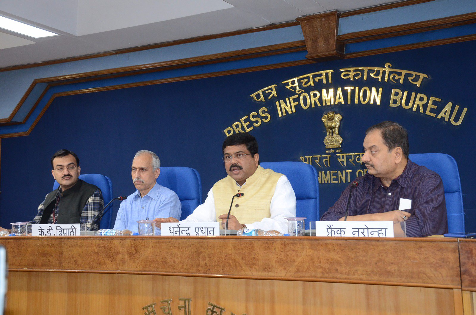 Interacted with friends from media at a Press Conference on #PMUjjwalaYojna crossing One Crore Mark. @PIB_India #TransformingIndia https://t.co/rTWpWnihyF