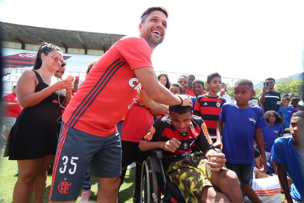 Hoje o Diego bateu bola com crianças do Complexo do Lins, na Gávea, a convite do nosso eterno Uri Geller e do Fla Master. Coisa linda! :')