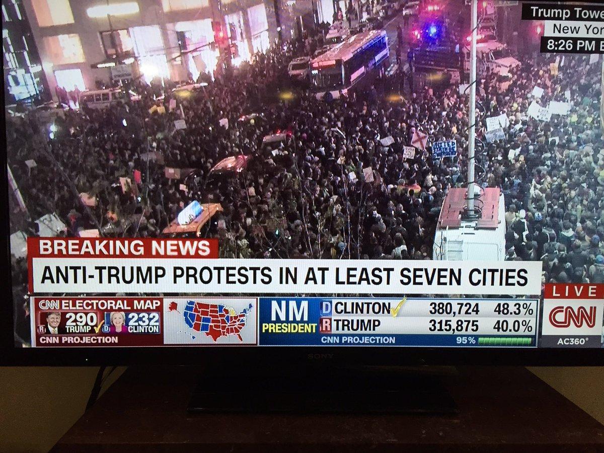 """คนอเมริกันเดินขบวนกลางนิวยอร์คต่อต้านผลเลือกตั้ง...""""ทรัมป์ไม่ใช่ประธานาธิบดีของเรา""""! https://t.co/YASagVbm83"""