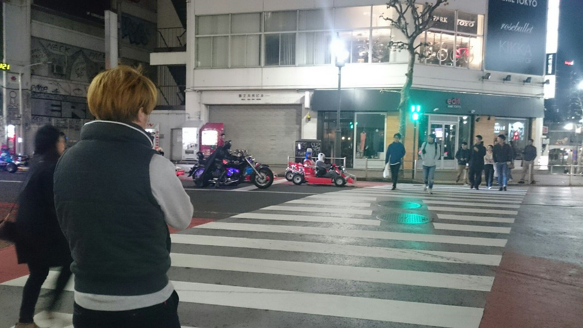 渋谷にね、マリオカート本物だーって思ったらね、バットマンも来たよ。 https://t.co/2DHe89OKha