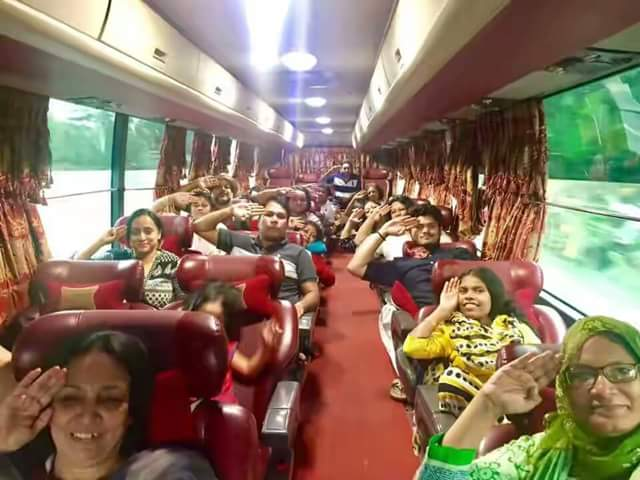 This is brilliant. Bangladesh fans imitating Shakib's salute on the bus back from the ground (via @iSoumikSaheb) https://t.co/sdnjZJ4gmp