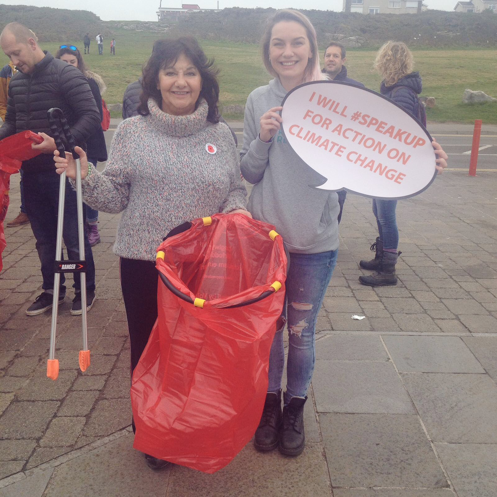@SCCCymru Great beach clean meeting with @carolineUKIP at Porthcawl! Had a great turn out collecting more than 40 bags of litter! #codillais https://t.co/u61t3HW2ox