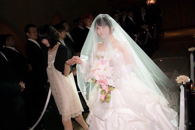 ヴァージンロードは、麻衣ちゃんに一緒に歩いていただきましたヽ(;▽;)ノ♡ 深衣奈さんの手からマイクさんへ…  #清水愛_ってよ  #清水愛_結婚  #マイク樺恋結婚式 https://t.co/cxKMjF7Tvn
