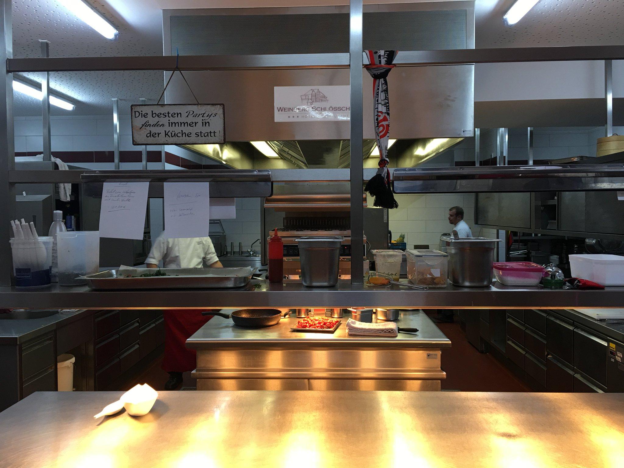 Der schönste Platz ist ja immer in der Küche #meurers #weinbs https://t.co/14D3rH0hGA