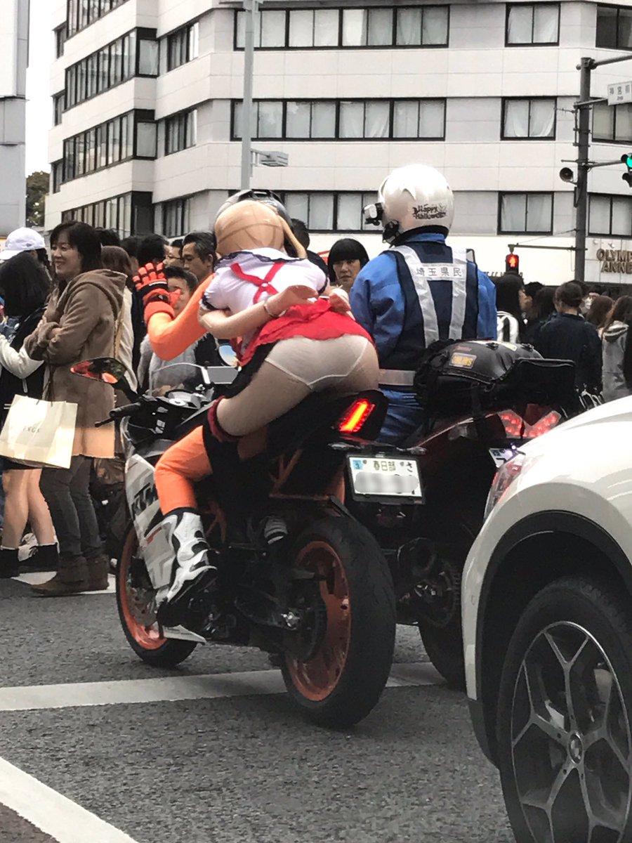 あのバイクの後ろの女、パンツ丸見えだよ!と思ったら、人形を乗せた変態ライダーが白バイに職質されてるだけかよ!と思ったら、隣は白バイのコスプレかよ!埼玉県警じゃなくて埼玉県民かよ!色々ややこしいよ!