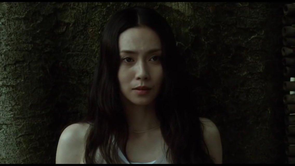 岩本瑠璃子役を演じる中谷美紀