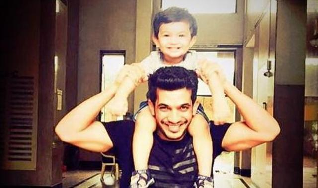 The adorable fathe-son duo @Thearjunbijlani and #AyaanBijlani are here to wish you a great day ahead.. :)  @ArjunBijlaniFC @arjunbijlanindopic.twitter.com/sENiP1mgom