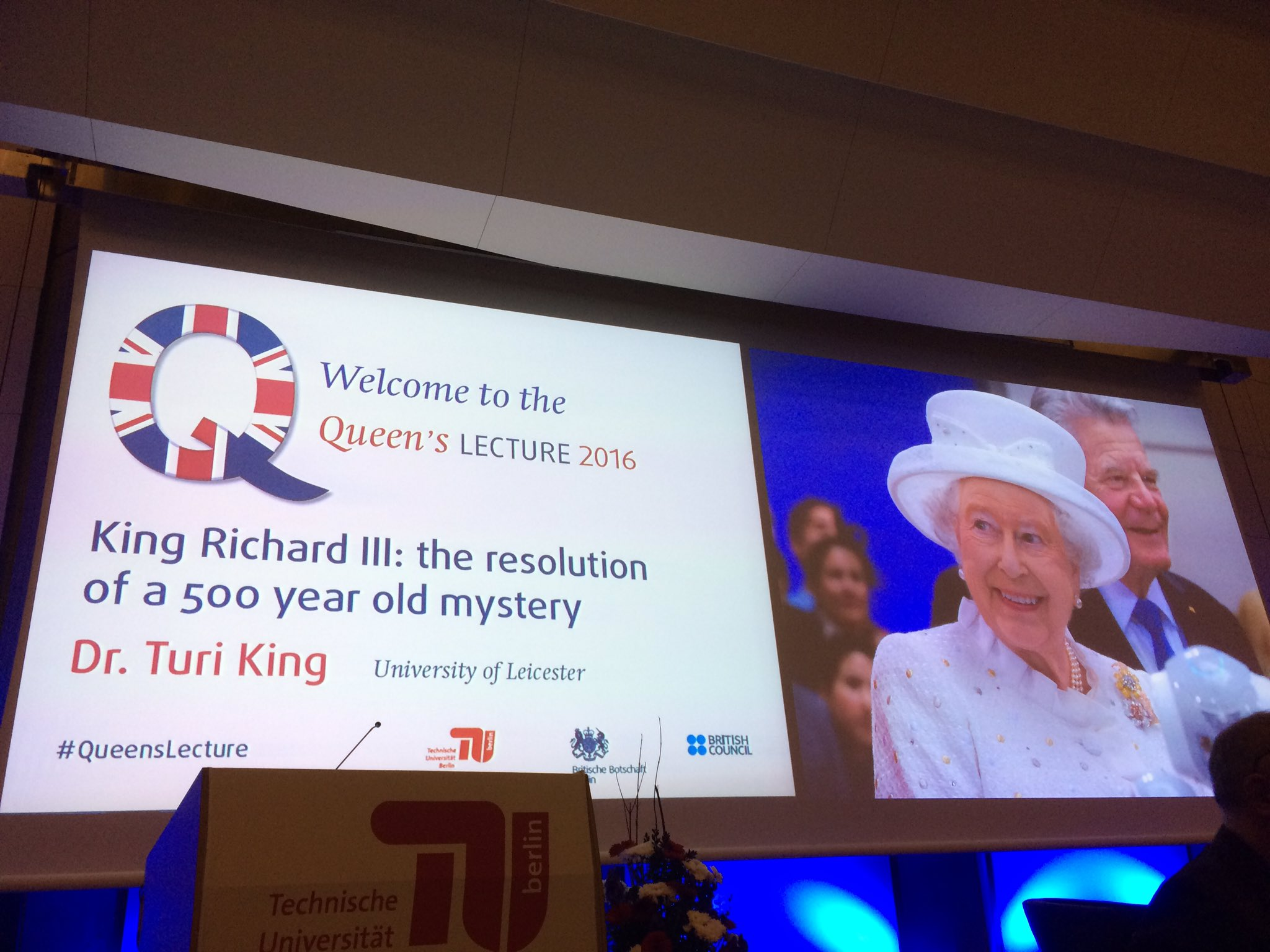 Here we go. It's a packed auditorium!'#QueensLecture @Turi__King @deBritish https://t.co/HJkbPKrOrC