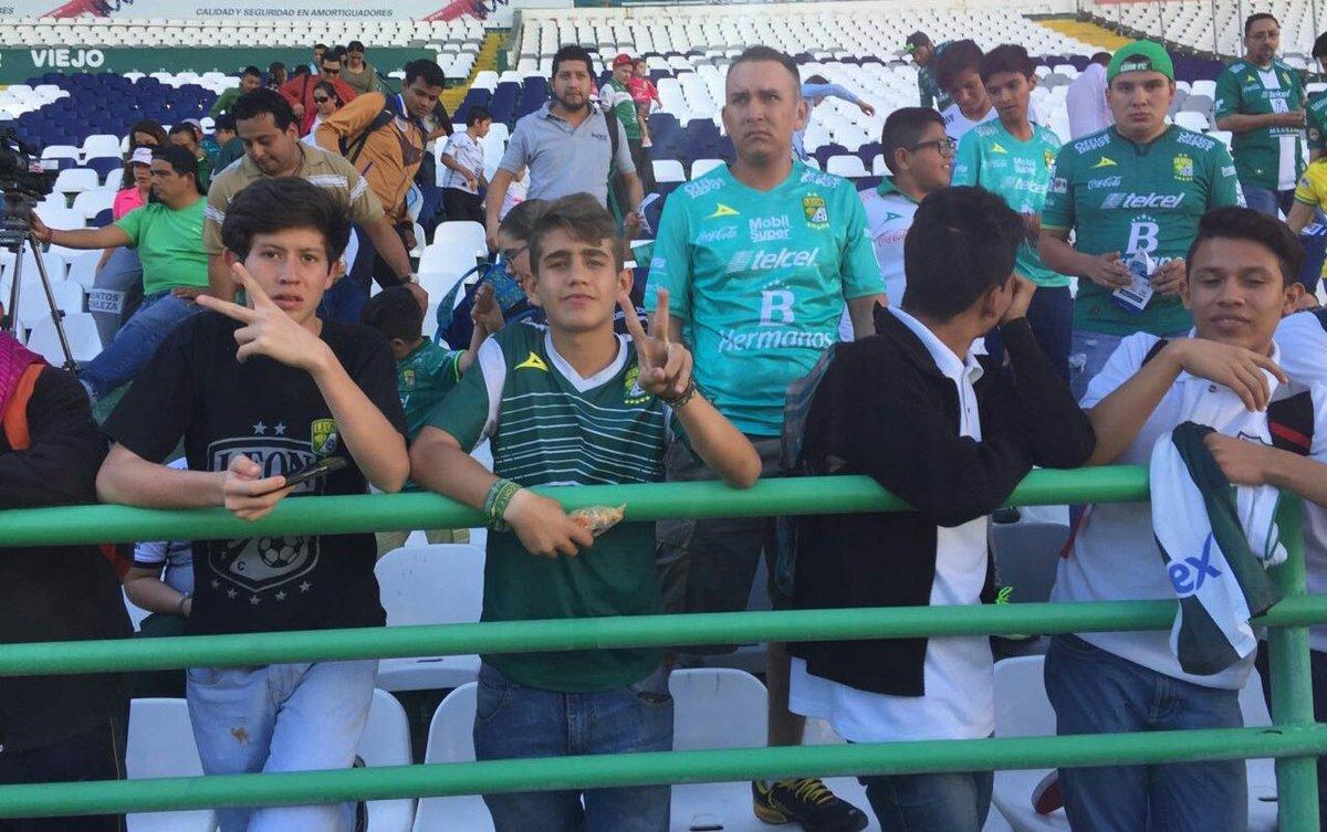 Bienvenidos la gente comienza a llegar al estadio sta for Puerta 9b estadio universitario