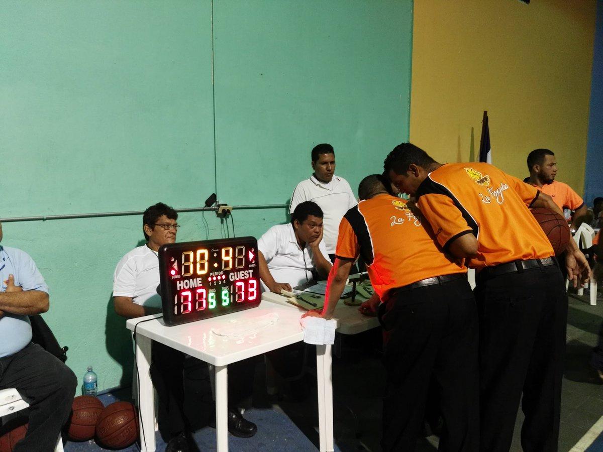 Revisión del equipo arbitral en el tercer partido (Foto: @RosaMembreo)