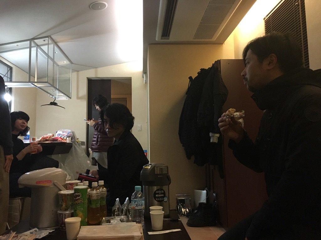 MV撮影、これから。 寒空の下。暖房で待機。