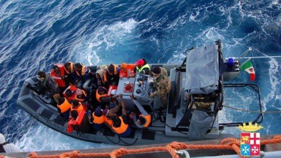 Migranti, Amnesty denuncia per maltrattamento l'Italia mentre affonda gommone (12 morti)
