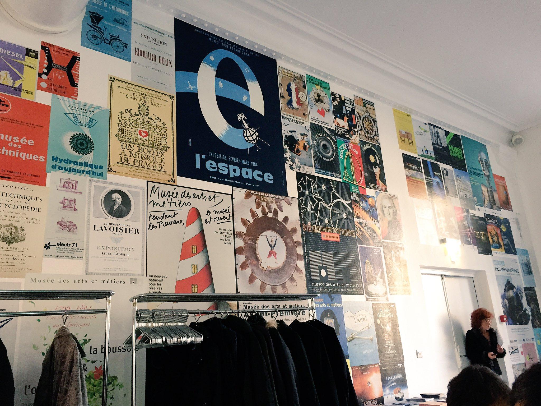 Sympa le mur avec les affiches des anciennes expos du Musée @ArtsetMetiers ! #JourneeMust https://t.co/ba0Y0eiVJi
