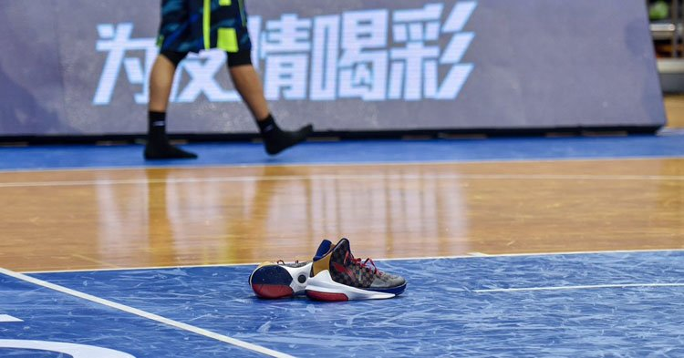 purchase cheap 0e844 7eb7c watch yi jianlian disrespect the hell out of his league mandated li ning  sneakers