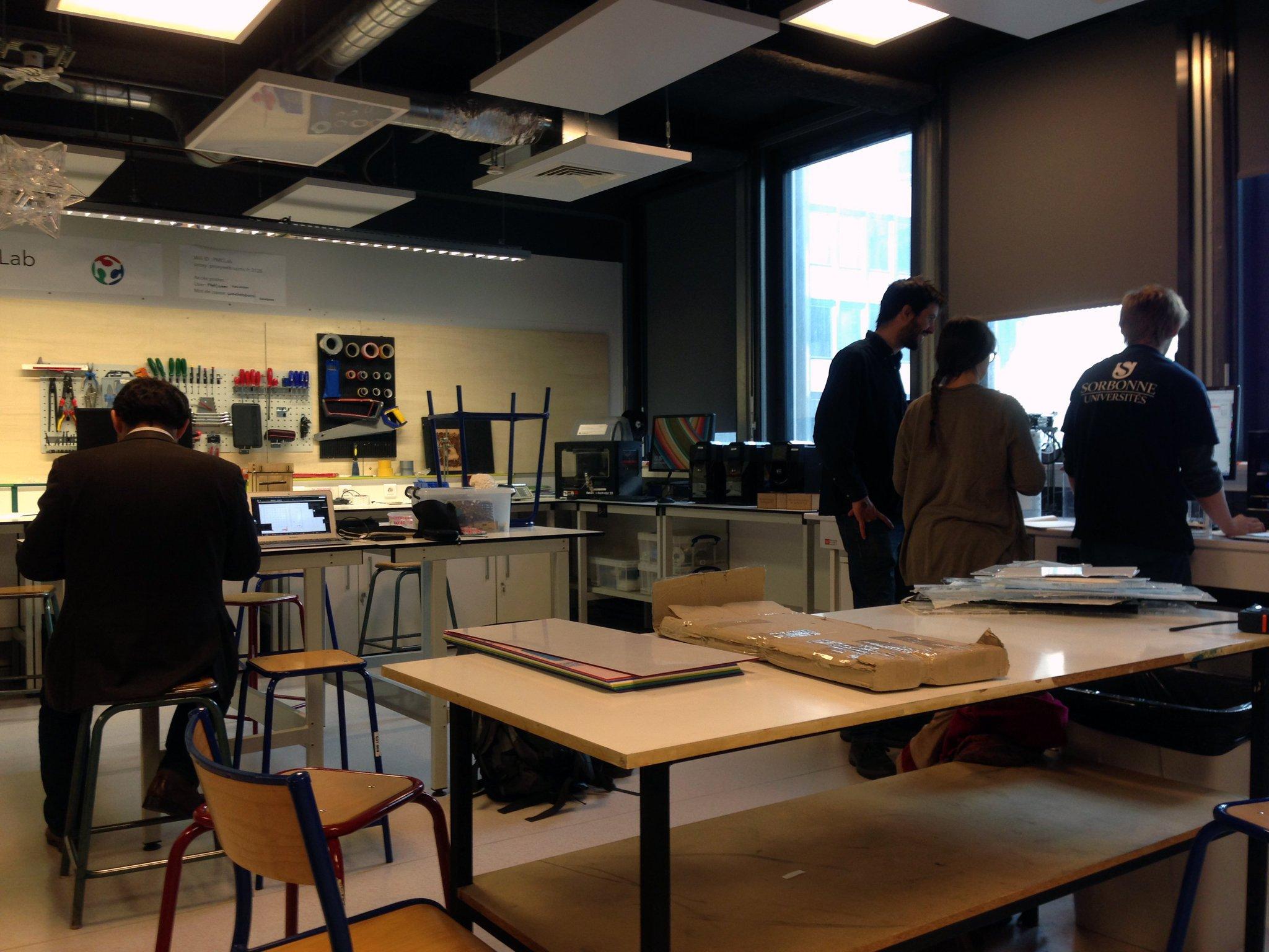 Pour la fabrication du Kit de @cybunk, nous sommes accueillis au FabLab de l'@upmc par @ChSimonUPMC,  Baptiste Lefevres et Louis Mamelle. https://t.co/5PrR3u4gcb