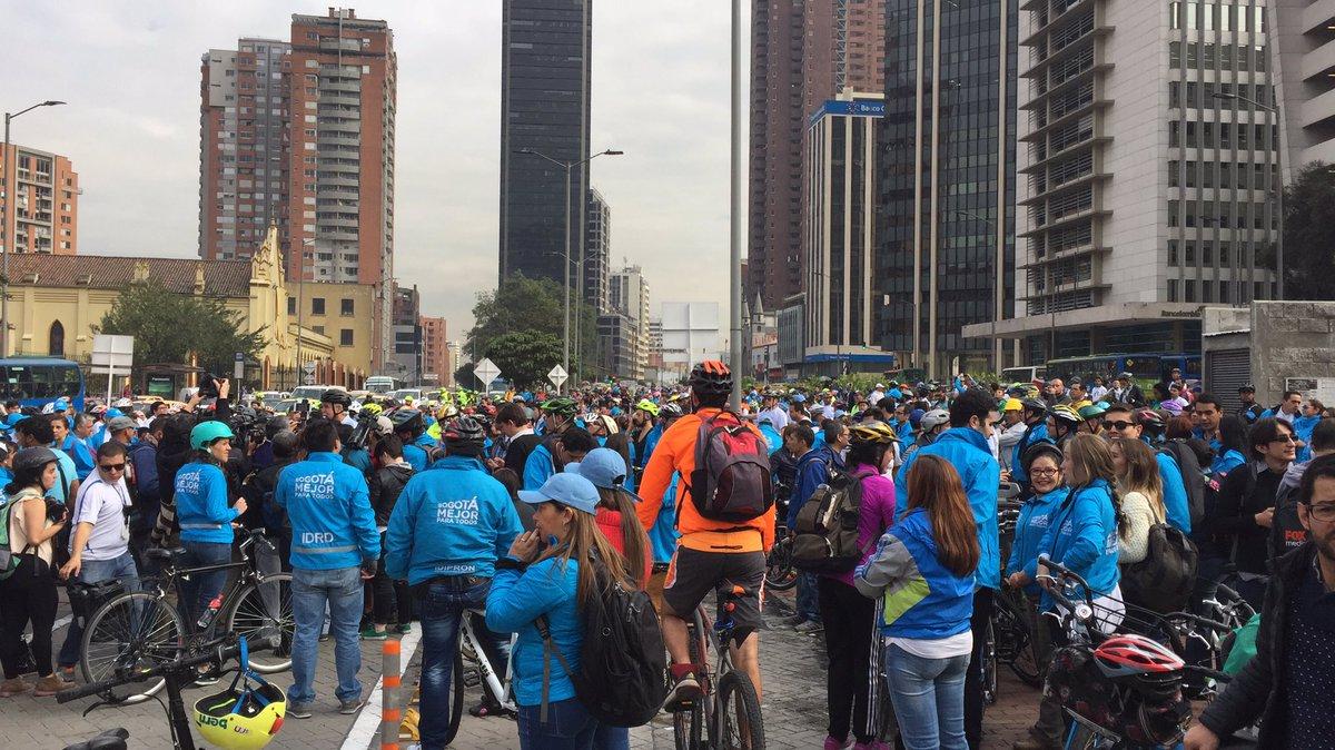 Muy bien @bogota. Se atendió el llamado. Calles, ciclorruta y cicloparqueaderos llenas de bicis. Muy bien