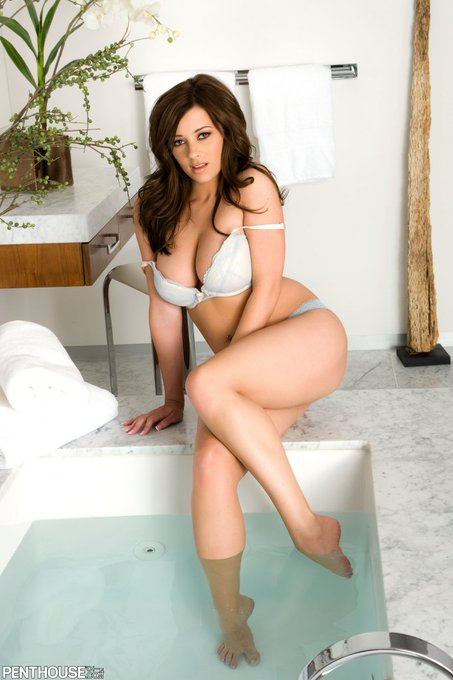 1 pic. The sensual Taylor Vixen is our babe today. Natural curves of a goddess. https://t.co/26WaTBm