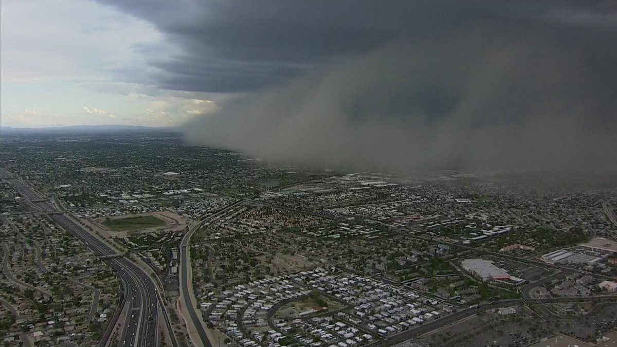 View from @chopperguyhd as dust heads into metro Phoenix. #azfamily https://t.co/8bVjhbAAfF