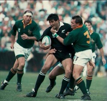 映画「インビクタス」のエンドロールに使用されている1995年ラグビーW杯南アフリカ大会決勝の写真の一枚。じぇじぇじぇっ!?ボールを持ってるのって・・・ https://t.co/1egsl3Q9Ss