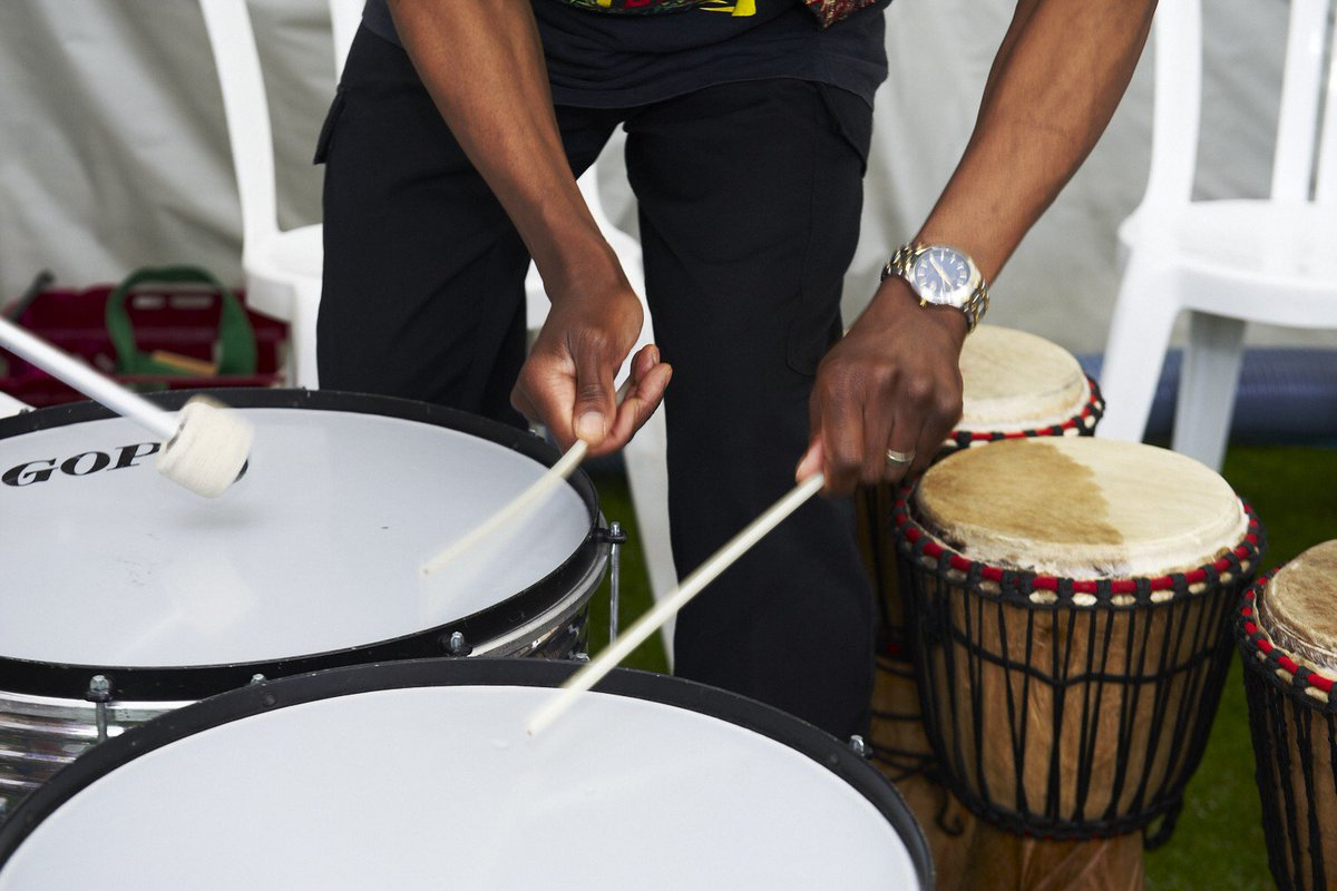 Happy Friday Simply Smilers! The weekend is here so remember to keep smiling and party on! #drummingworkshop #mumsinlondon #bespokepartiespic.twitter.com/IGyyTS6KxH