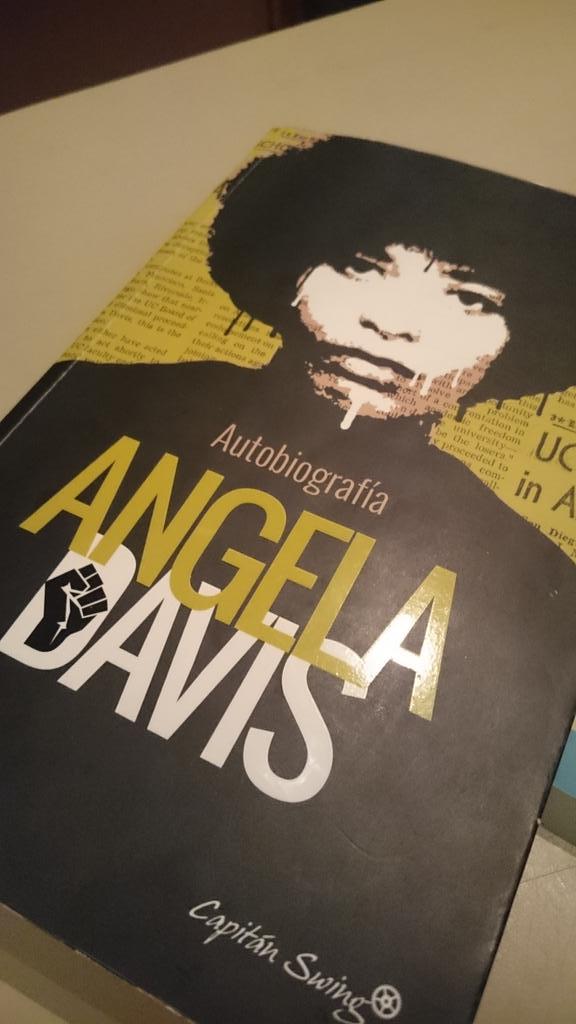 . @gaelx nos trae la autobiografía que Angela Davis escribió a sus 28 años #angelafucsia https://t.co/tsfGg1BTe6