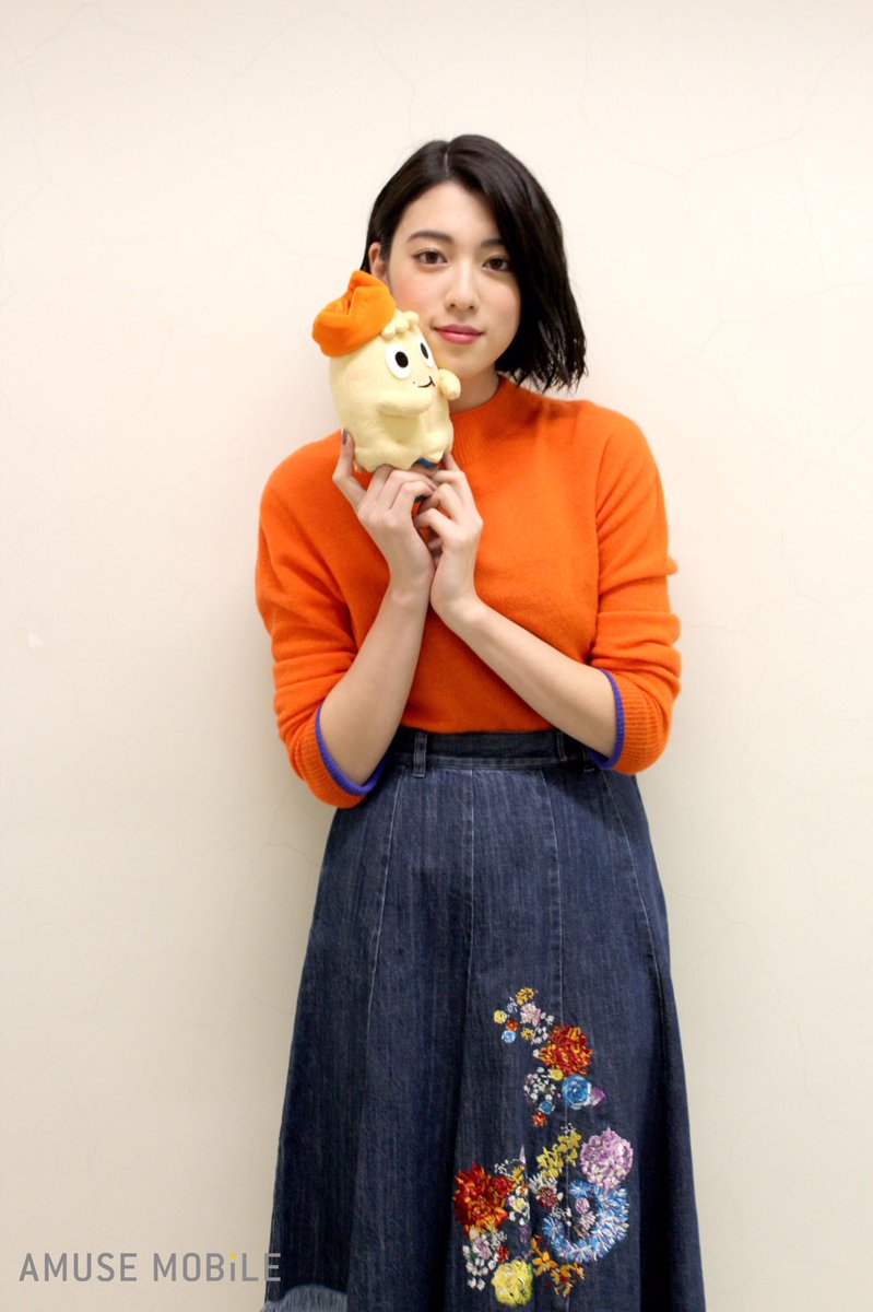 オレンジトップスの三吉彩花