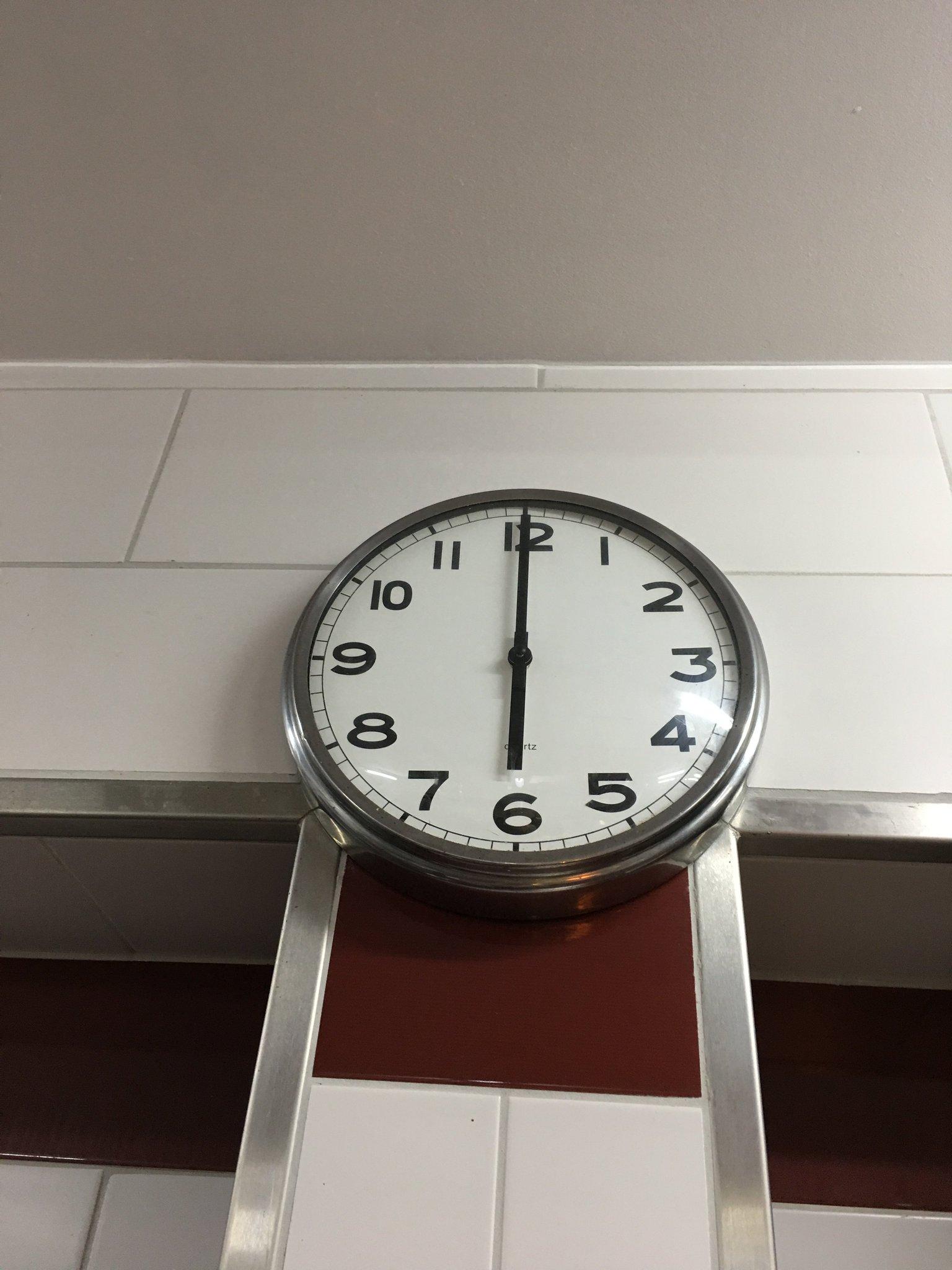 18.00 Uhr. Hiermit ist die Küchenparty offiziell eröffnet #meurers #weinbs #küchenparty https://t.co/Aex8YBvRTJ