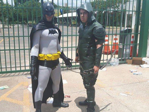 Vestido de Batman, rapaz vai 'zoar' atrasados do #Enem2016, mas se atrasa https://t.co/ngfGAMTi69 #G1