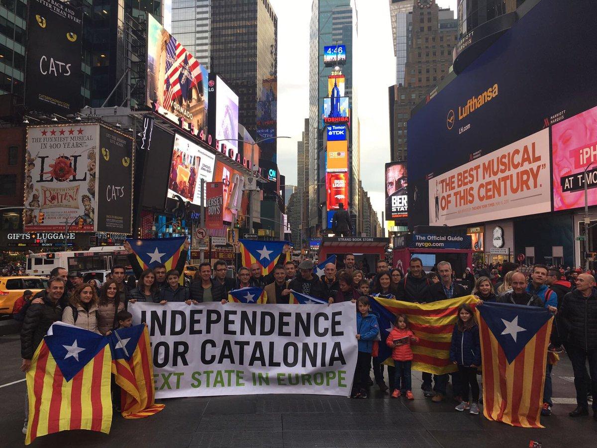 Un any més, els catalans que correrem la @nycmarathon ens hem deixat sentir al melic del món. @plujadestelades https://t.co/Rj71sfsG3N