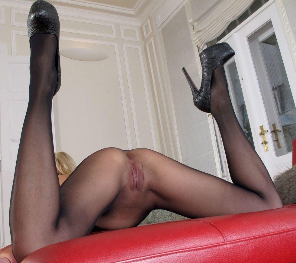 v-chulkah-razdvinula-nogi-foto