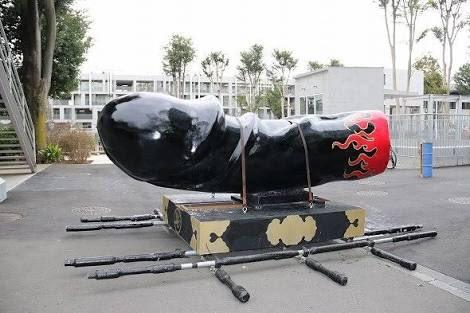 多摩美が芸祭で佐野研二郎の葬式して炎上している一方その頃、我が母校武蔵美ゲイサイでは安定のホンワカ男神輿。去年の銀から打って変わって黒×炎。クオリティたけえなー、と当時から羨望。 https://t.co/K6TtRbJbHY