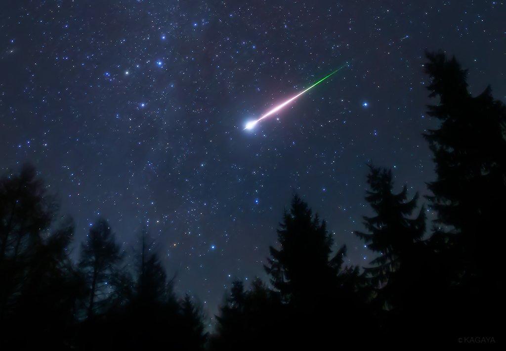 おうし座流星群を撮りに行って偶然撮れた、おうし座流星群ではない火球。 特に明るい流れ星を火球と言います。 火球の左にカシオペヤ座、火球の右に北極星が写っています。 (今朝未明、長野県にて撮影)