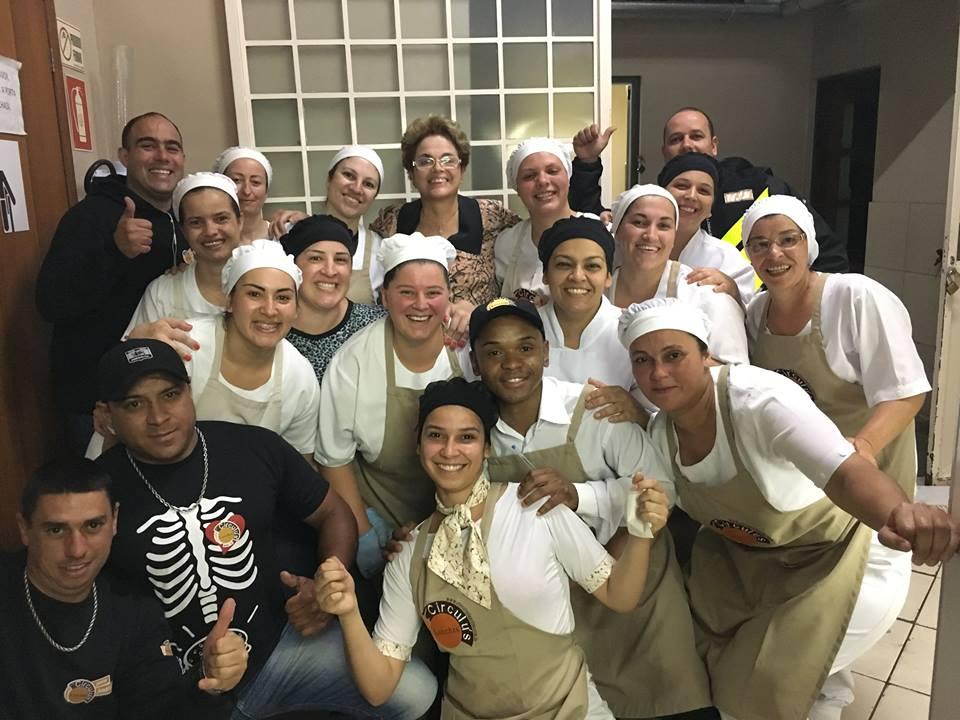 Foto de Dilma com os funcionários da Circulus Lanches de Pelotas/RS.