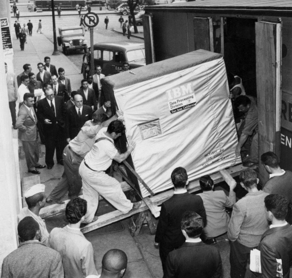Trasportare 5 MB di hard disk non era così semplice come oggi, IBM 1956.