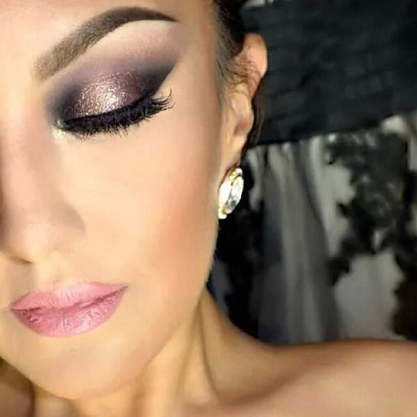 Well hello glitter liner! Get your holiday makeup looks here bbloggers lashes