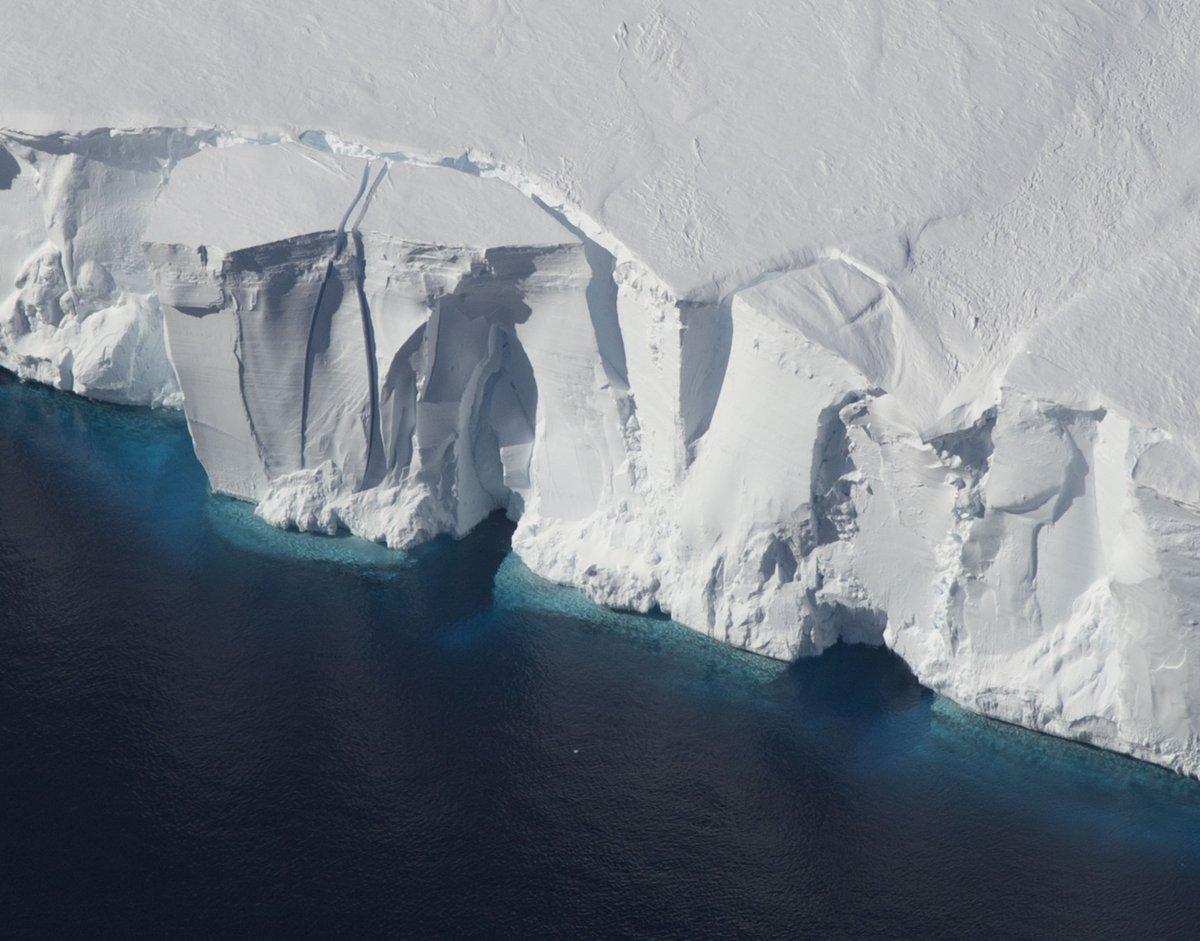 From this weekend's #IceBridge flights: Iceberg in the process of calving off the Getz Ice Shelf, West Antarctica. https://t.co/6MaEljMNeg
