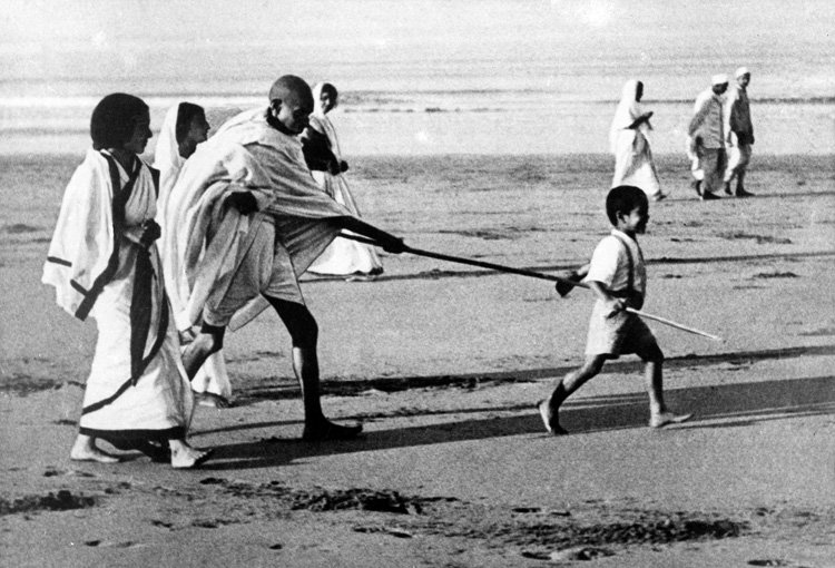 "Sanjay Bragta on Twitter: ""Kanu Gandhi, Gandhiji's grandson & ex-Nasa  scientist admitted in Surat hospital no more. Little boy holding Bapu's  stick in Dandi march #RIP… https://t.co/ExVfPwFzj0"""