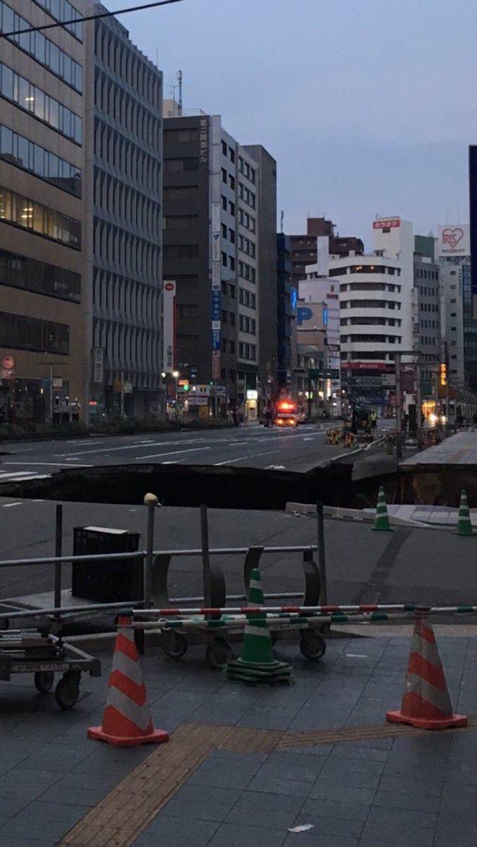 やべー営業所近くの通り博多駅前通りが陥没した!避難勧告出て営業所に行けない。 pic.twitter.com/xPISEslolN