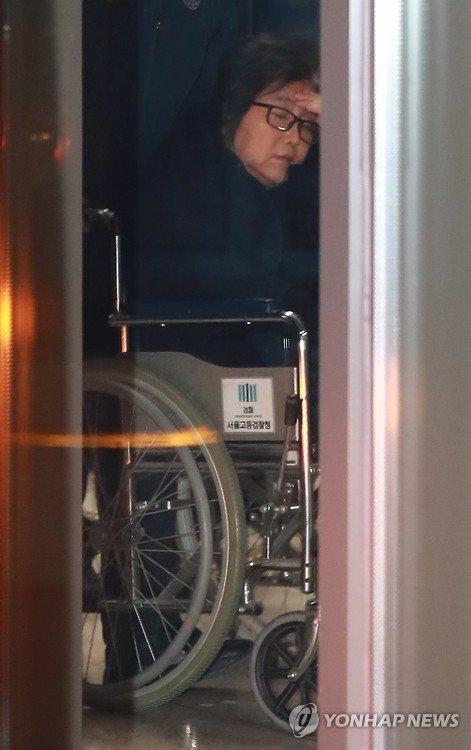 속보) 최순실 드디어 휠체어 탑승 ㅋ https://t.co/8bXGIfwwxr