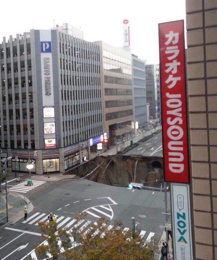 博多駅前の道路陥没事故大変だこりゃ pic.twitter.com/CmE2hcvSJo