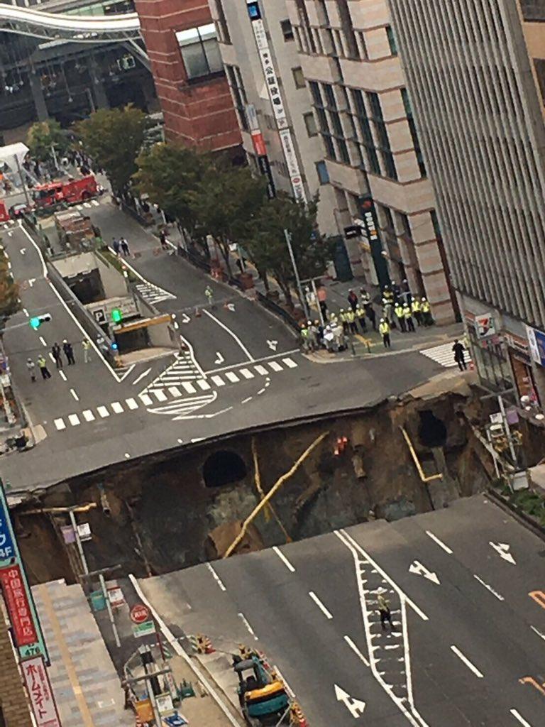 福岡の大動脈JR博多駅前の200mくらい離れた 既設地下鉄への増設新設工事部で 大規模な道路の陥没が発生 周辺は停電とガス漏れがあるとの事 陥没は夜中に初まっており もし昼まであったら数十台の車の大事故になったと思われる