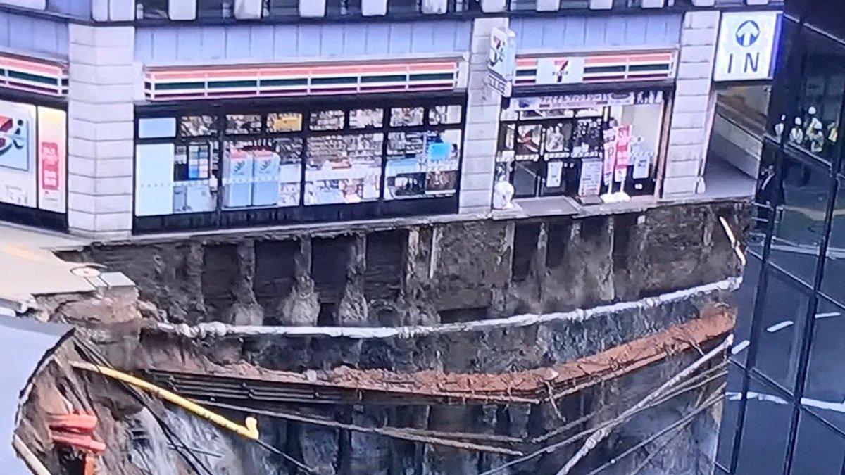 博多駅前の道路陥没で日本一来店の難しいセブンイレブンみたいになってる