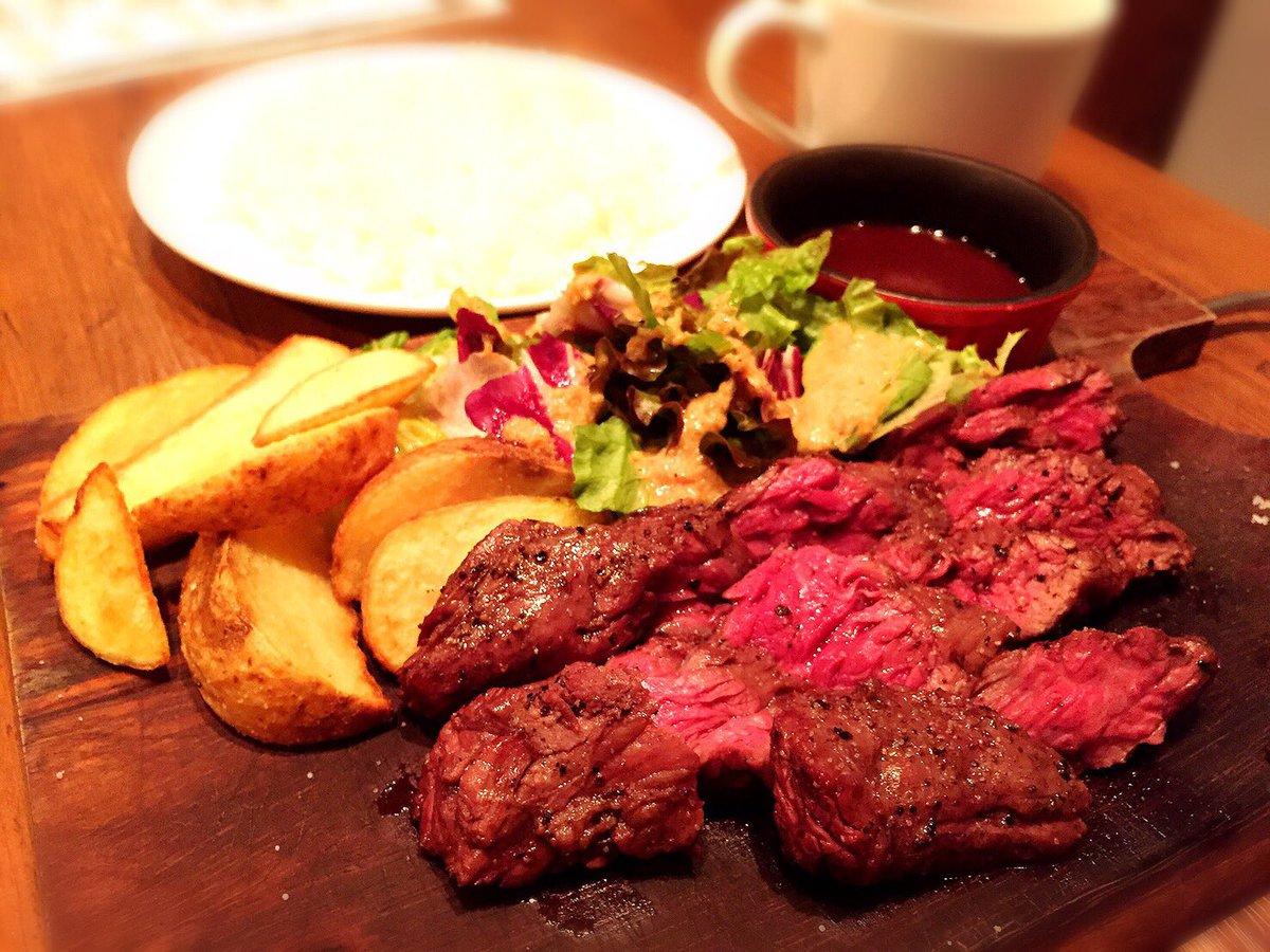 近所の炭焼きバルが肉ランチ始めてたから入ってみた。肉も赤ワインのソースも美味しかったー!1000円以下だし満足?